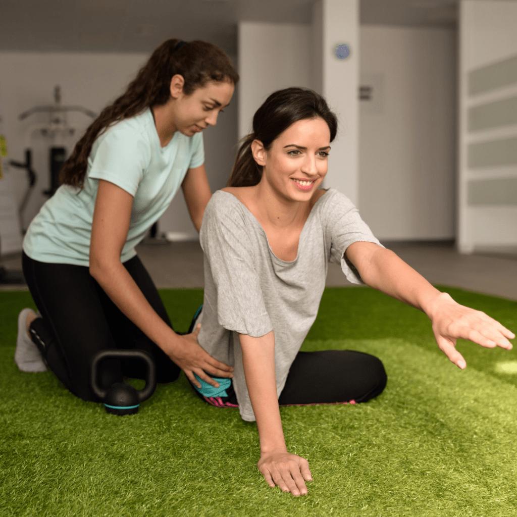 fisioterapeuta haciendo sesion de ejercicio terapeutico